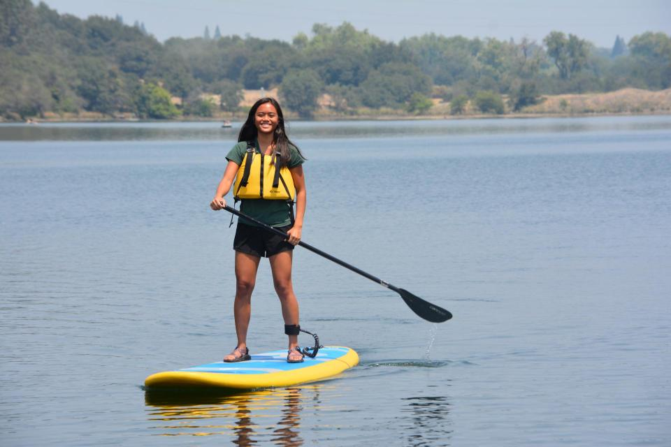Women stand up paddling on Lake Natoma